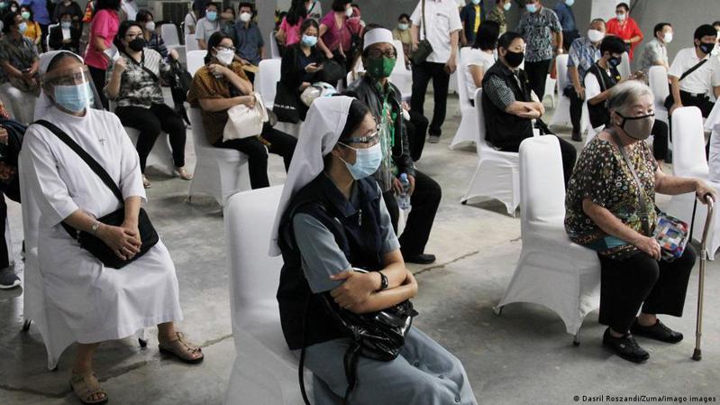 在阿斯利康的新冠疫苗延遲抵達後,印尼正在與中國交涉,希望獲得多達1億支的中國新冠疫苗,以此來填補交貨延期所造成的空缺。圖/德國之聲中文網