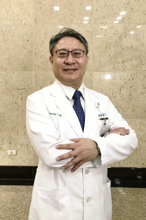 中山附醫心臟內科蔡青峰主任提醒,「胸痛是心臟急症的重要症狀。但有糖尿病或神經病變...