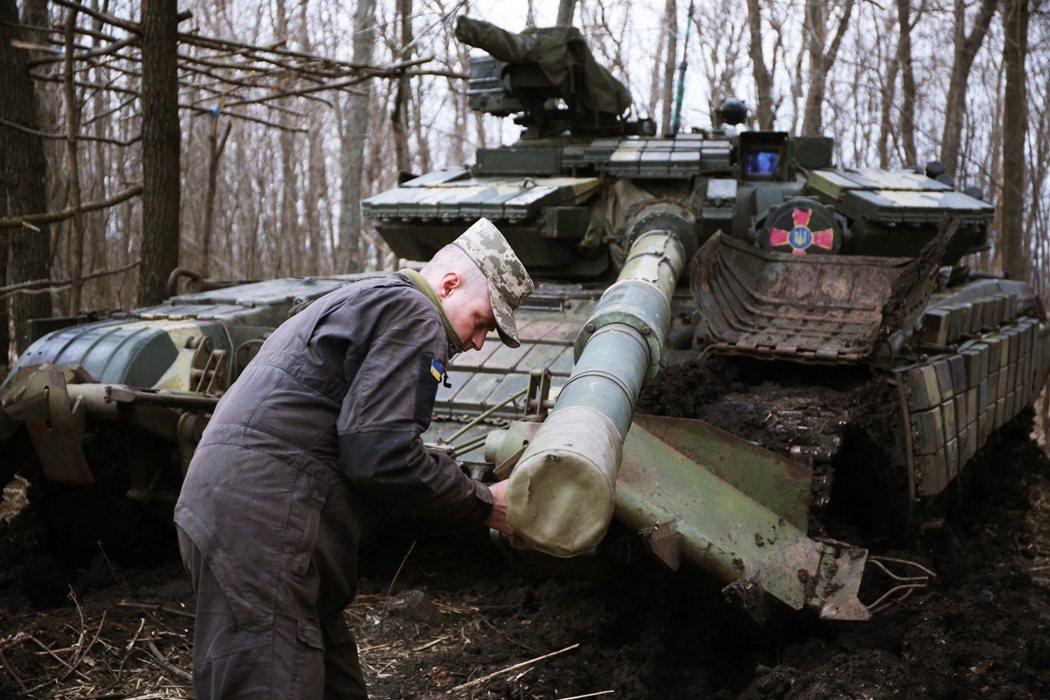 俄方除了強調「我軍自家演習干外國屁事」,克林姆林宮方面更挑釁暗示:不排除解除烏克...