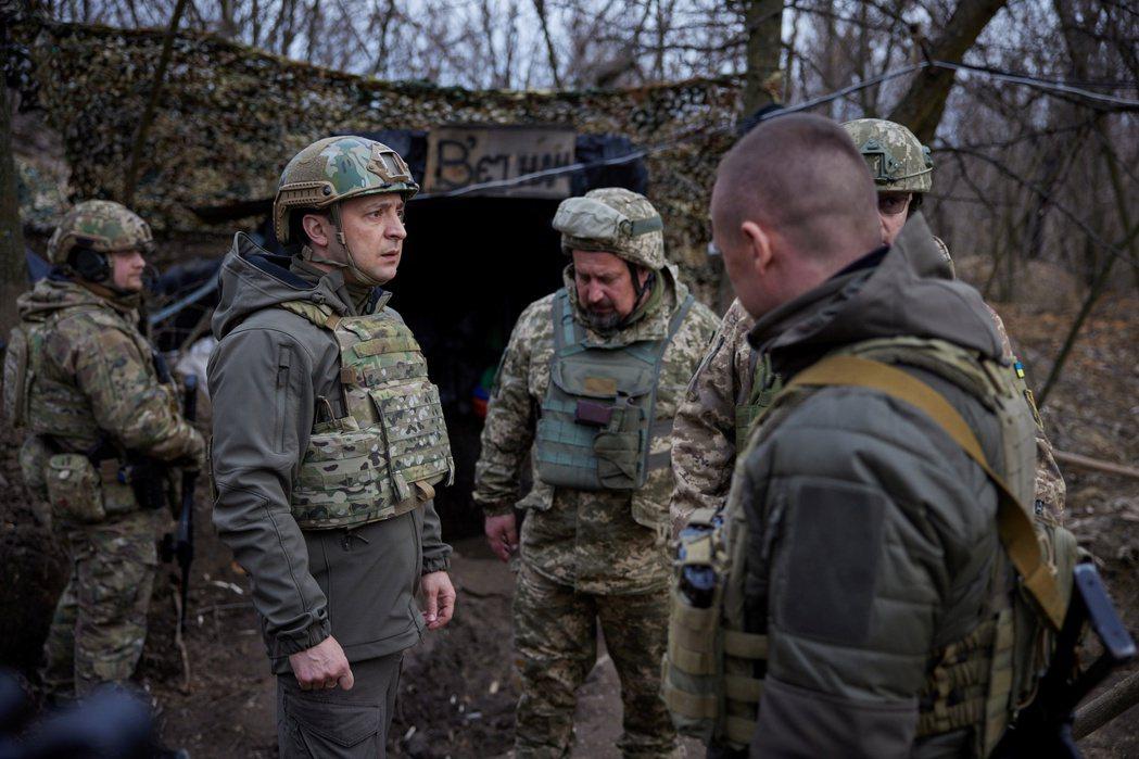 第一時間接過「普丁測試」的美國總統拜登,不僅直接撥通給烏克蘭總統澤倫斯基(Vol...