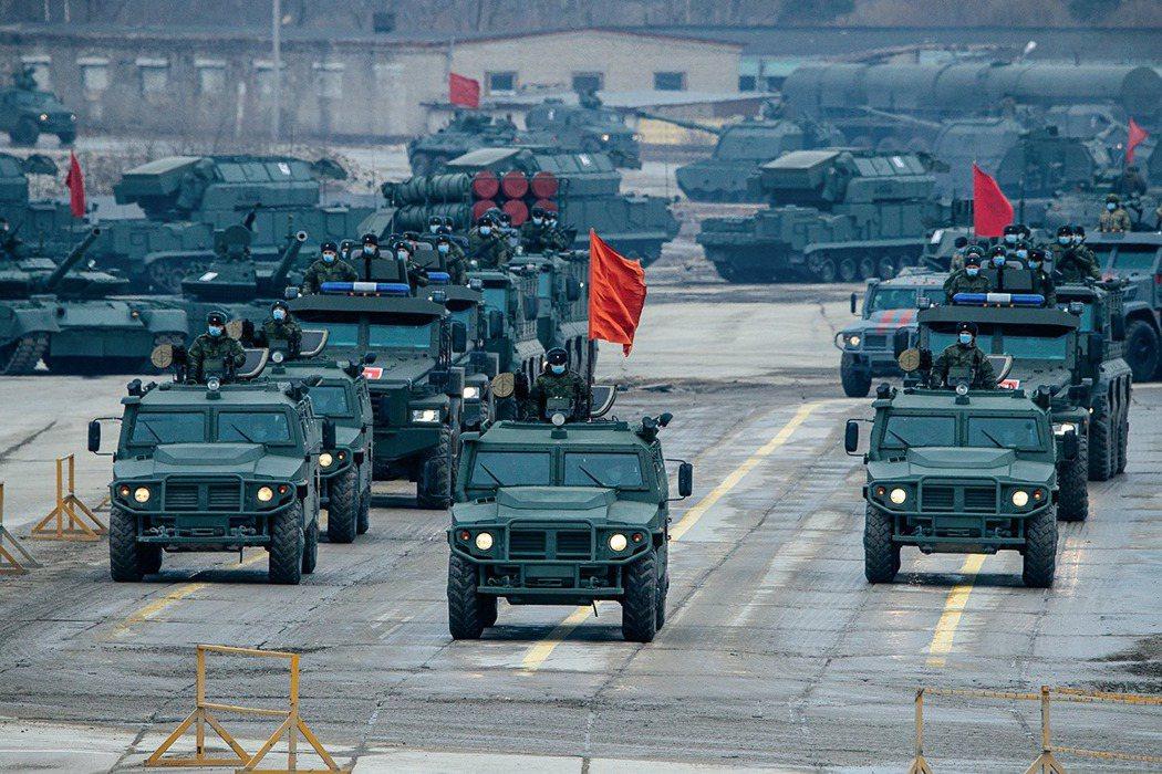 俄軍在烏克蘭門前的集結兵力,卻已達到2014年頓巴斯戰爭開打以來的最大規模。圖為...