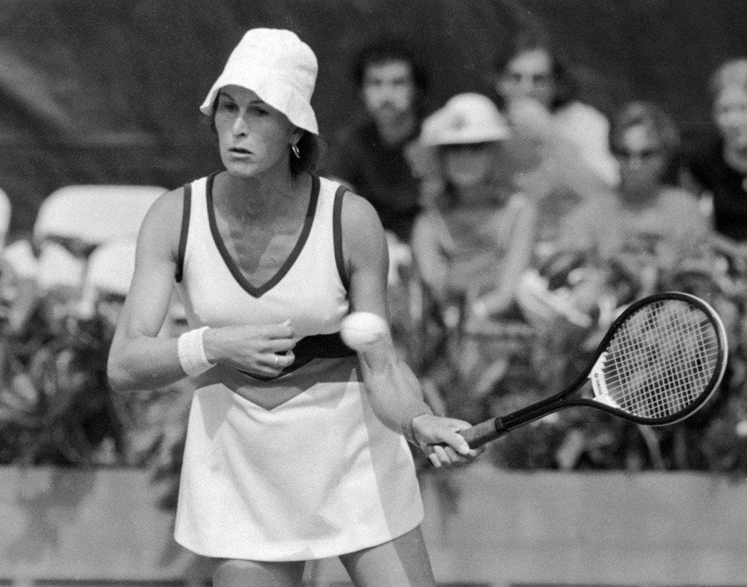 1976年,跨性別網球選手里察茲(Reneé Richards)想參與女子網球賽...