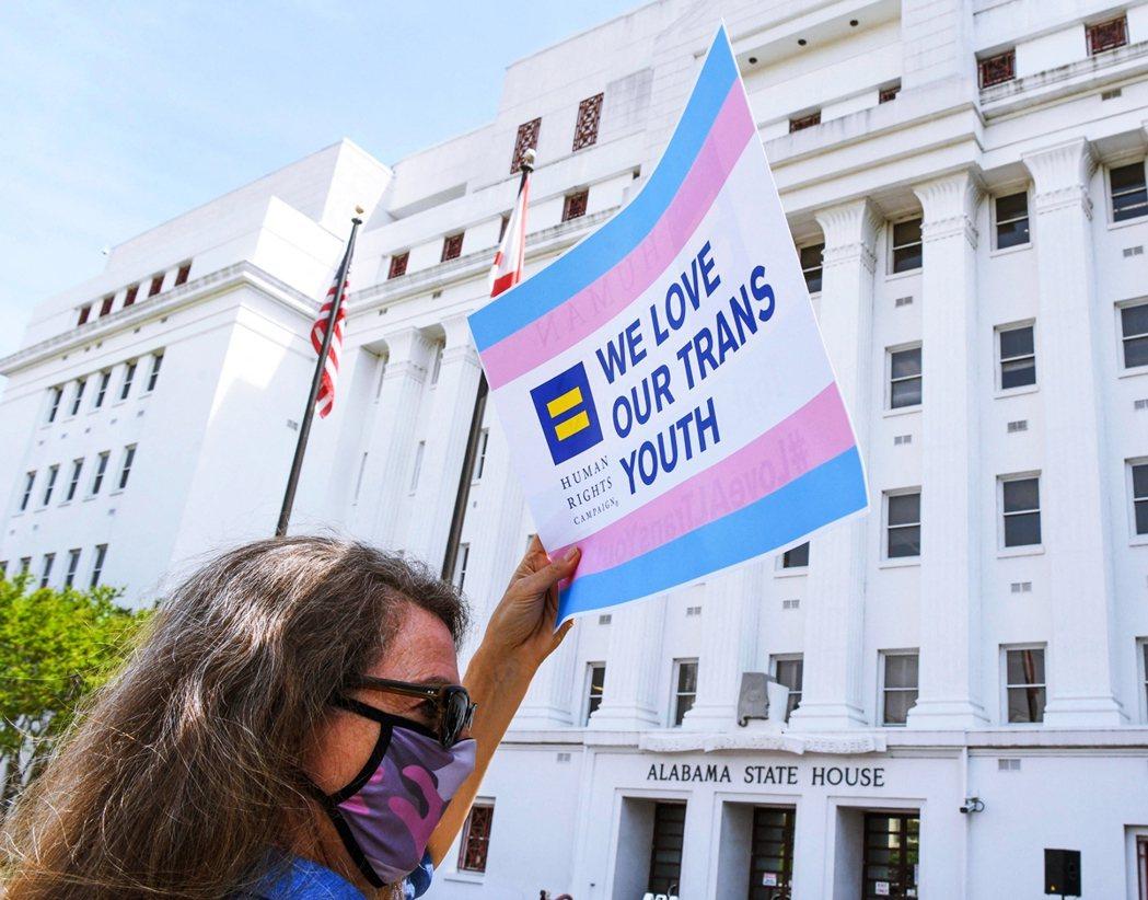 雖然專家學者紛紛出面抗議該法案,但全美至少還有17個州的共和黨議員都對跨性別未成...