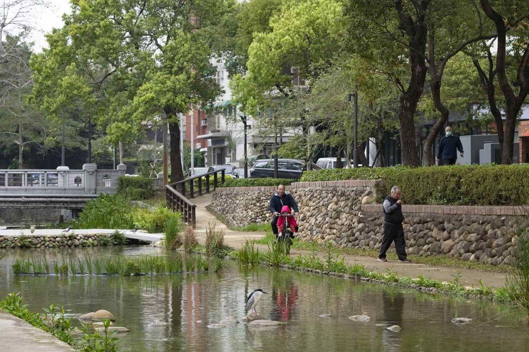 防禦用途的護城河,如今成為新竹市民休閒散步的綠色步道,展現古城新舊交融的特色。天...