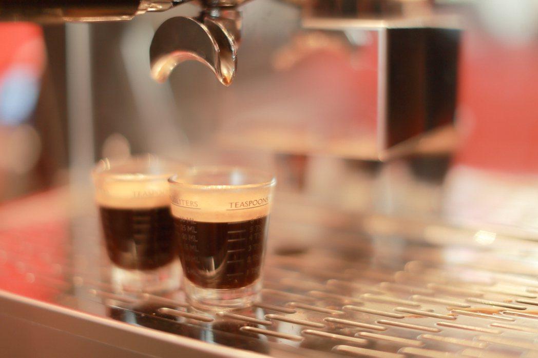 東方洋行讓手搖店可以品嚐到現泡般回甘口感的茶飲,也可以喝到經典風味的好咖啡。業者...