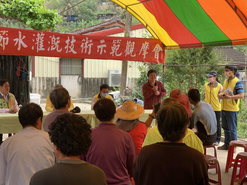 當地農友接受台南改良場輔導,分享成功實蹟。 黃啟銘/攝影。