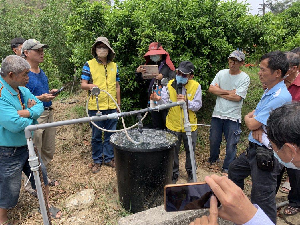 台南農改場秘書謝明憲,說明灌溉節水與施肥的過程。 黃啟銘/攝影。