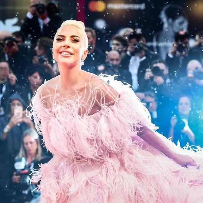 Lady Gaga身穿粉色VALENTINO 2018秋冬高訂展現仙女氣場,令人...