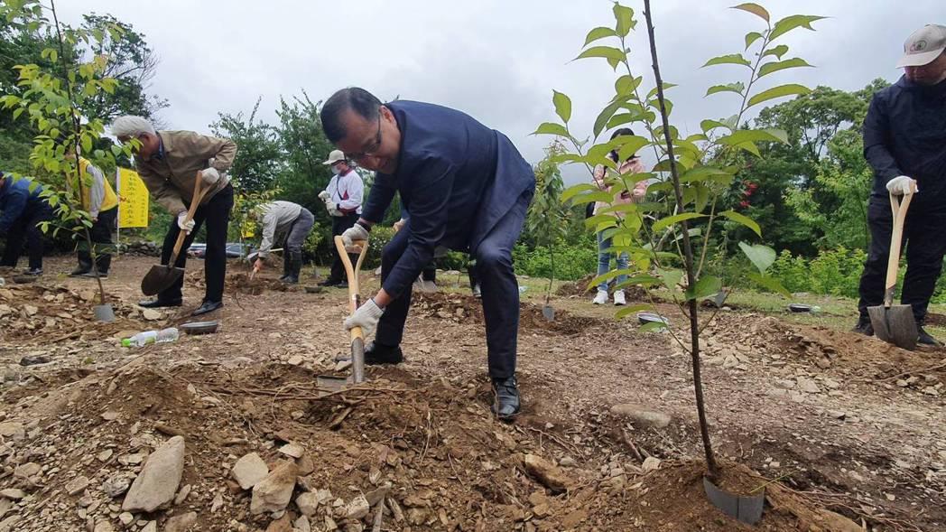 力麗觀光董事長蔡宗易參與保育森林植樹活動。 力麗/提供。