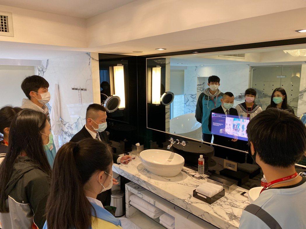 新北市教育局結合景文科技大學辦理職場英語體驗營,前往「君悅酒店」體驗如何透過第二...