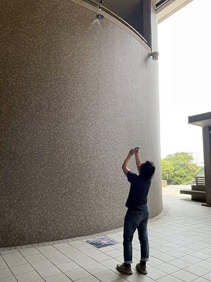 春日藝術節由靜態展率先登場,師生可在圓弧牆面的兩側,分別看到長庚大學與地球另一端...