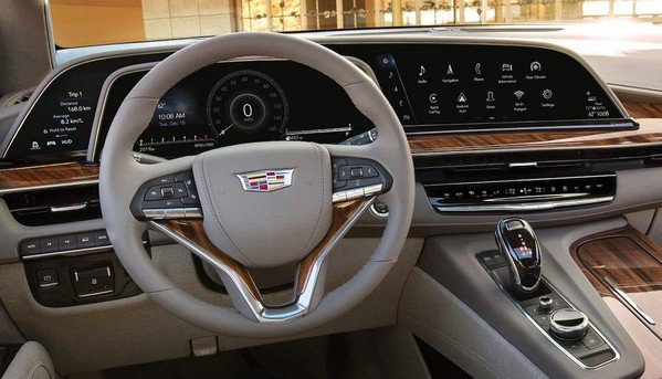 圖三 : OLED具備可彎曲性,已在高階車款上嶄露頭角,通用汽車(GM)旗下凱迪拉克2021年旗艦休旅車款第五代Escalade,首度採用了超大型38吋曲面OLED儀表板顯示器,解析度高達4K的兩倍。(source:cadillac.com)