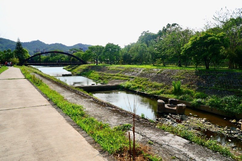從上游往東安橋方向,牛欄河層層往下流的水域。