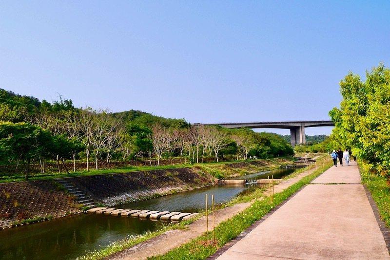 步道平坦寬敞也好走的牛欄河親水步道,高架橋是國道3號(北二高)。