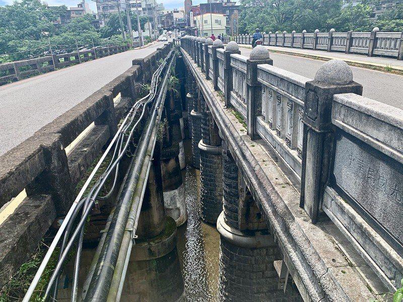 舊橋旁還有一座為紓解交通而新建的石橋,仿造的樣式,形成相仿的兩橋並立,這可是難得一見的特殊景象。