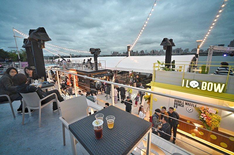 貨櫃市集二樓備有座位區,可在享用美食同時觀賞淡水河美景/時藝提供