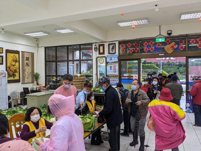 汐止江北里一位善心人士買了四百顆的高麗菜,和里民們一同分享,每戶分送一顆。 圖/觀天下有線電視提供