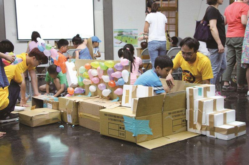 工作坊藉由簡易的材料,建構出孩子們心目中的遊戲場樣貌。 (圖/台北市公園路燈工程管理處)