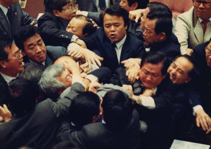 1991年4月9日,立法院議事衝突中,朝野兩黨立委互毆,圖為民進黨委員盧修一被拉扯情況。圖/聯合報系資料照片