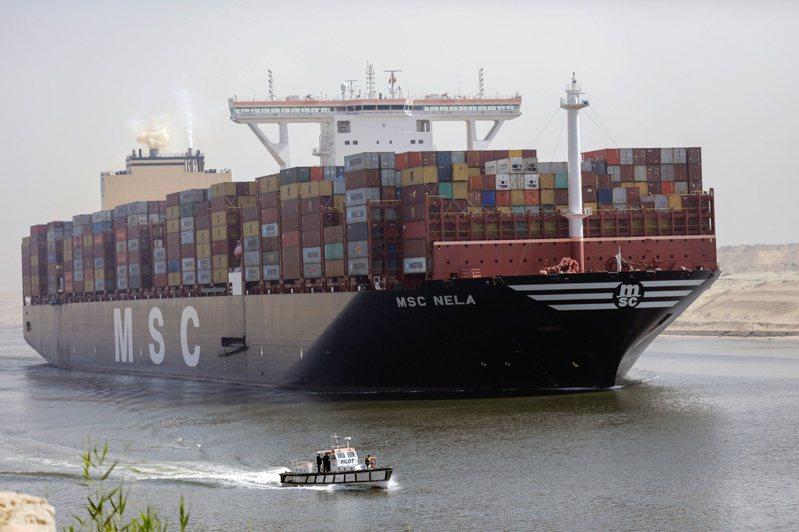 一艘貨櫃輪6日航行通過蘇伊士運河。  路透
