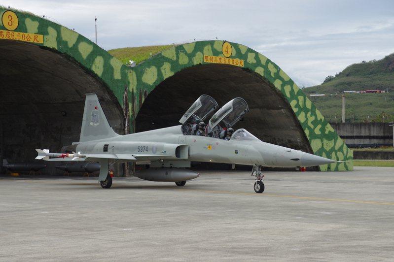 F-5戰機低調復飛,但僅限於F-5F雙座機,不過雙座機機齡更老卻優先使用,安全現隱憂。圖/聯合報系資料照片