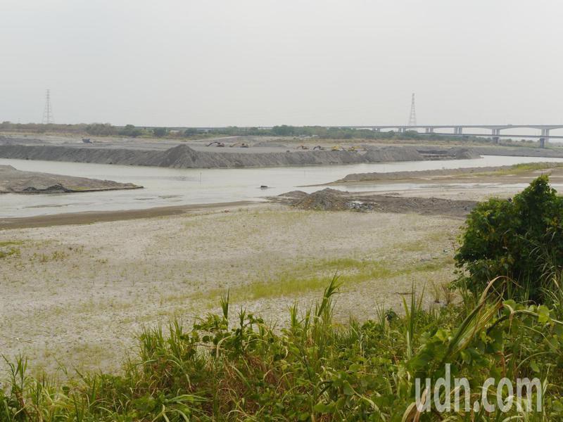 大高雄用水主要取自高屏溪,目前高屏溪流量小,溪床十分乾旱。聯合報系資料照片/記者徐白櫻攝影