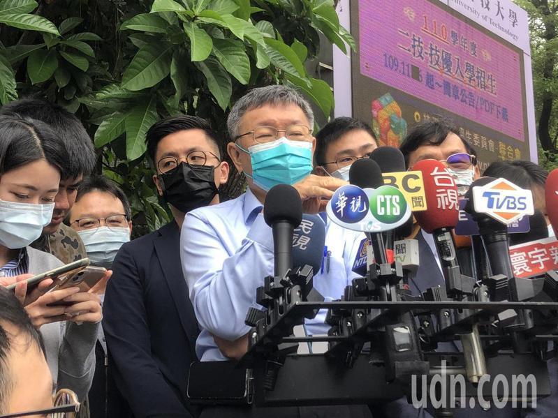 面對內政部建議國民黨修改國徽,台北市長柯文哲避談,只說「好啦」便離去。記者鍾維軒/攝影