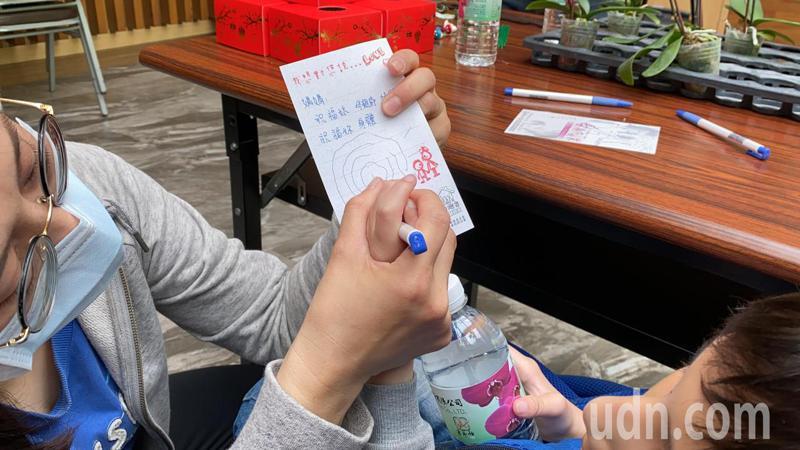 屏東特殊教育學校今天上午舉辦校外參訪活動,讓20名國小身心障礙學童體驗手做蘭花禮盒,並將禮盒送給平常辛勤照顧他們的母親、親人。記者陳弘逸/攝影