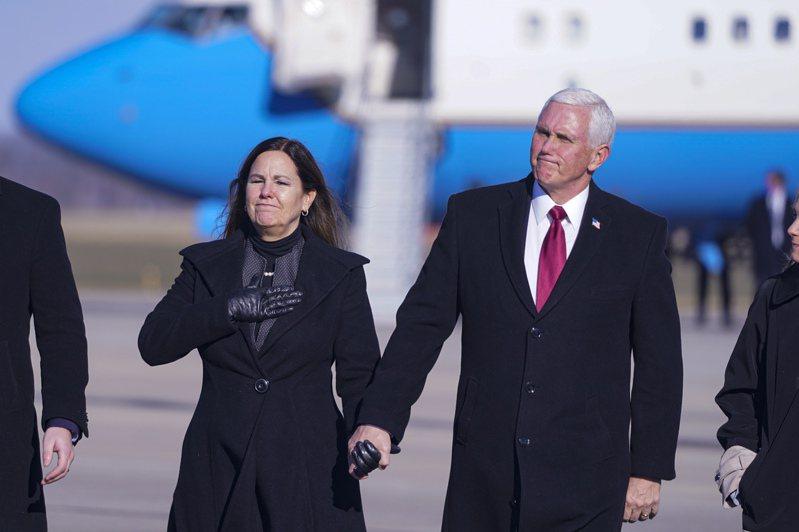 美國前副總統潘斯最近動作頻頻,外界認為,他在為2024挑戰總統大位鋪路。圖為潘斯今年1月20日卸任後,偕妻子搭機返回家鄉印第安那州哥倫布斯市,下機後向支持者致意。美聯社