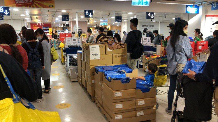 IKEA X LEGO的BYGGLEK系列,在台灣開賣首日,掀起排隊人潮。圖/讀...