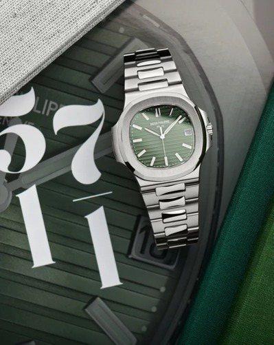 特殊的橄欖綠色,是為末代5711/1A的古典面盤成色,101萬8,000元。圖/...