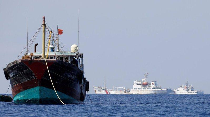 十年前大陸漁船停泊在黃岩島海面,菲律賓海軍欲進行逮捕,被中國海警阻擋菲。圖為中國大陸的海巡船艦與漁船在黃岩島海域作業。路透
