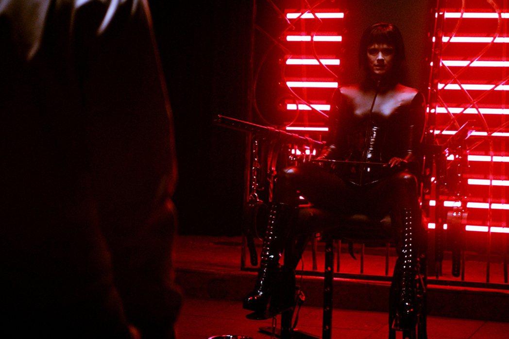 芬蘭影后克瑞絲塔科申娜在經過半年猶豫後,決定接下《窒愛診療室》飾演調教女王。佳映