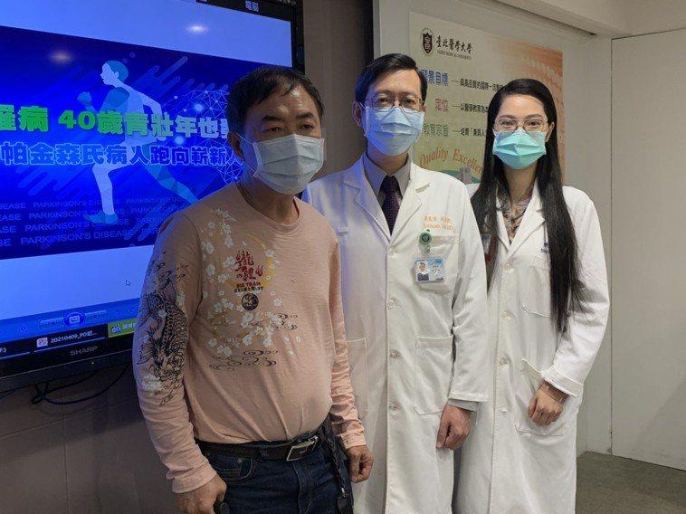 張先生(左一)接受深度腦部刺激術後恢復正常生活,不僅可長時間走路還準備要挑戰路跑...