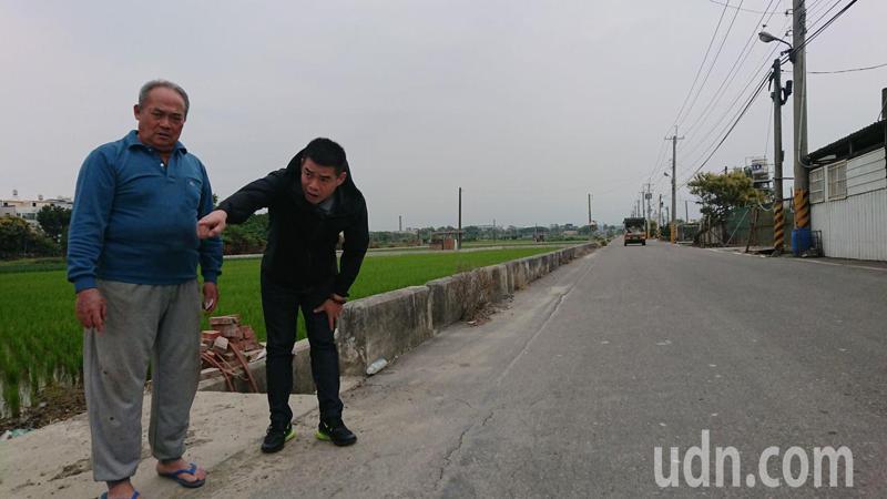 溪湖鎮農會前理事長楊慶盛(左)、大竹里長何炳樺,都認為應管制大型車輛進出湖南路。記者簡慧珍/攝影
