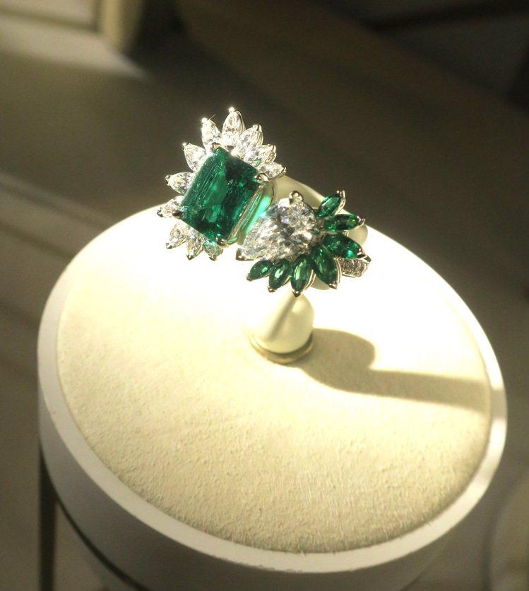 Wings of Light系列哥倫比亞無浸油祖母綠頂級珠寶鑽石戒指,不對稱的設...