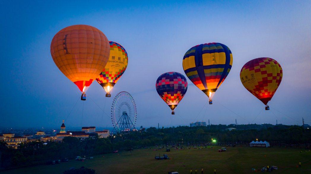 即日起到4月11日麗寶樂園渡假區舉辦「熱氣球夢想節」,遊客可搭乘繫留升空至60公...