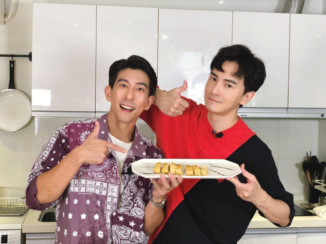 修杰楷(左)上鄭元暢的「不專業廚房」做菜節目。圖/M.I.E.最大國際娛樂提供