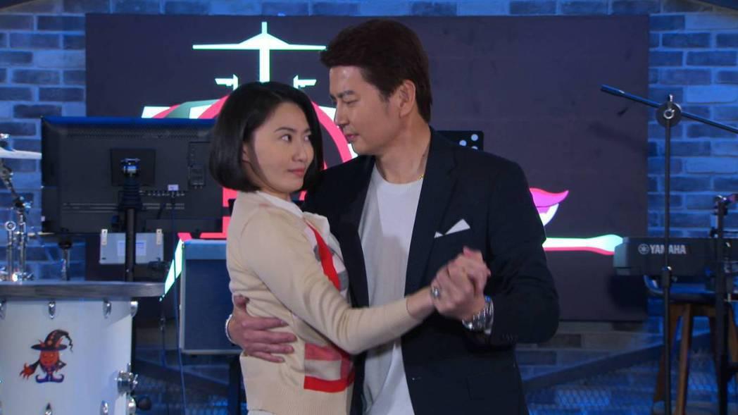 倪齊民(右)自爆50肩,和侯怡君跳舞卡卡的。圖/民視提供
