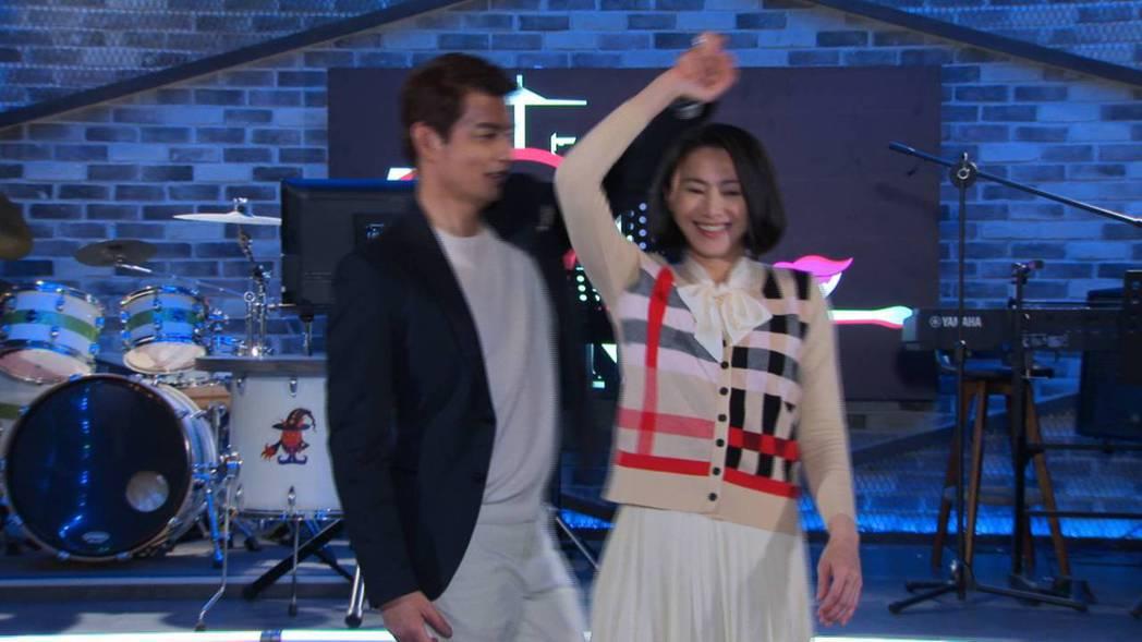 侯怡君(右)和倪齊民跳舞,倪齊民自稱「瀟灑哥」。圖/民視提供