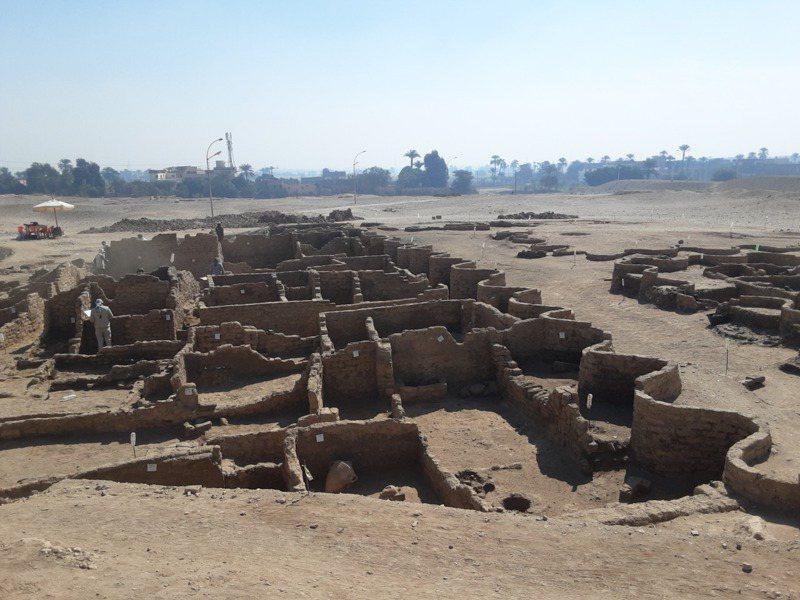 埃及南部盧克索發現一處至今3000多年前的古城遺址,被稱為「失落的黃金城」。新華社
