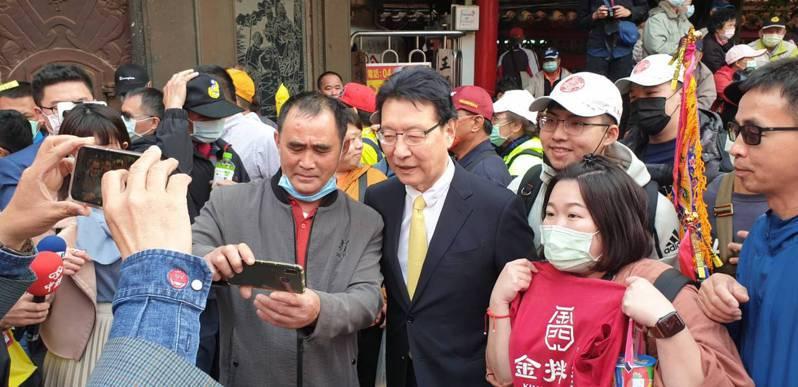 中廣董事長趙少康今天到鎮瀾宮參拜大甲媽祖,受到歡迎民眾要求合照。記者游振昇/攝影