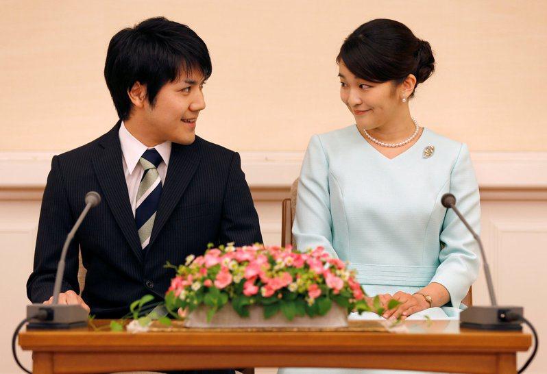 2017年真子公主(右)宣布與小室圭(左)訂婚。路透