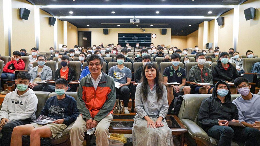 桃園電影節x中央大學校園放映,邀請林沛練教授(左)與影評人黃以曦(右)。捷傑提供