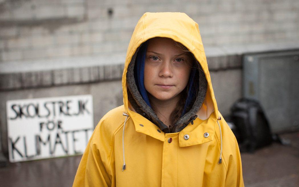 瑞典少女格蕾塔.童貝里身穿黃色雨衣為氣候罷課。捷傑提供