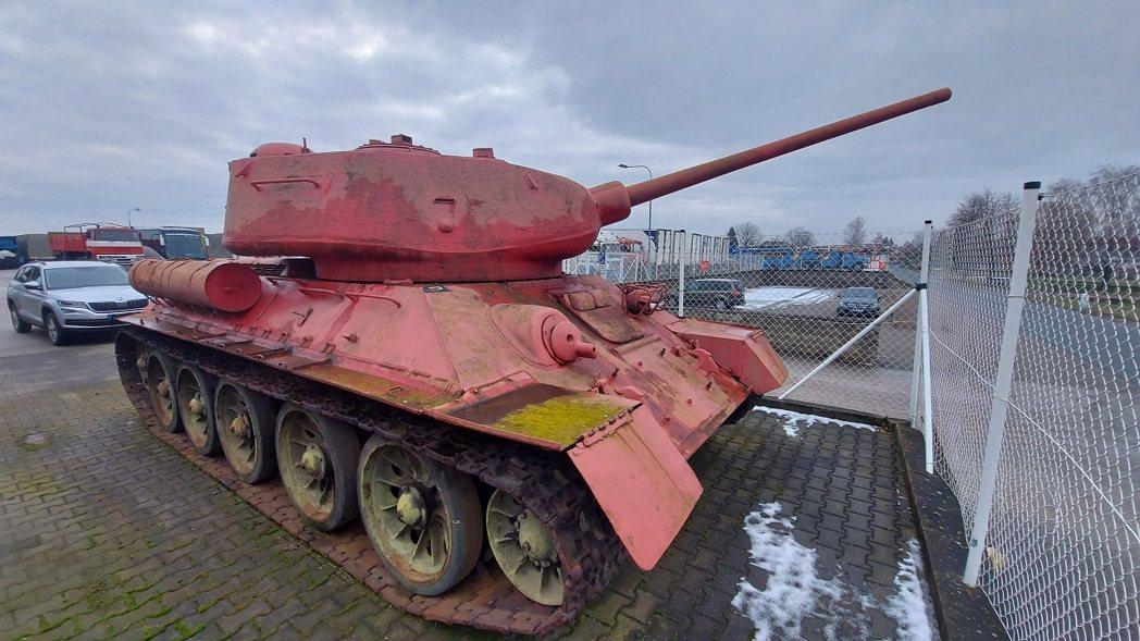 捷克1月31日展開為期半年的「武器大赦」,警方7日在推特發布一位歷史武器收藏家送...