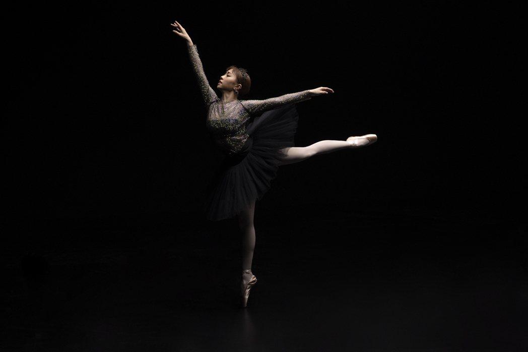 艾薇在新歌「絕美」MV中展現第二才藝芭蕾舞。圖/環球音樂提供