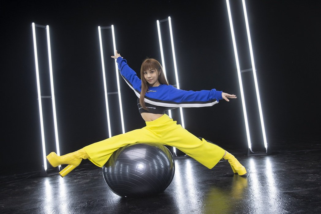 艾薇腳踩高跟鞋戰近30吋超大韻律球,一度被噴飛。圖/環球音樂提供