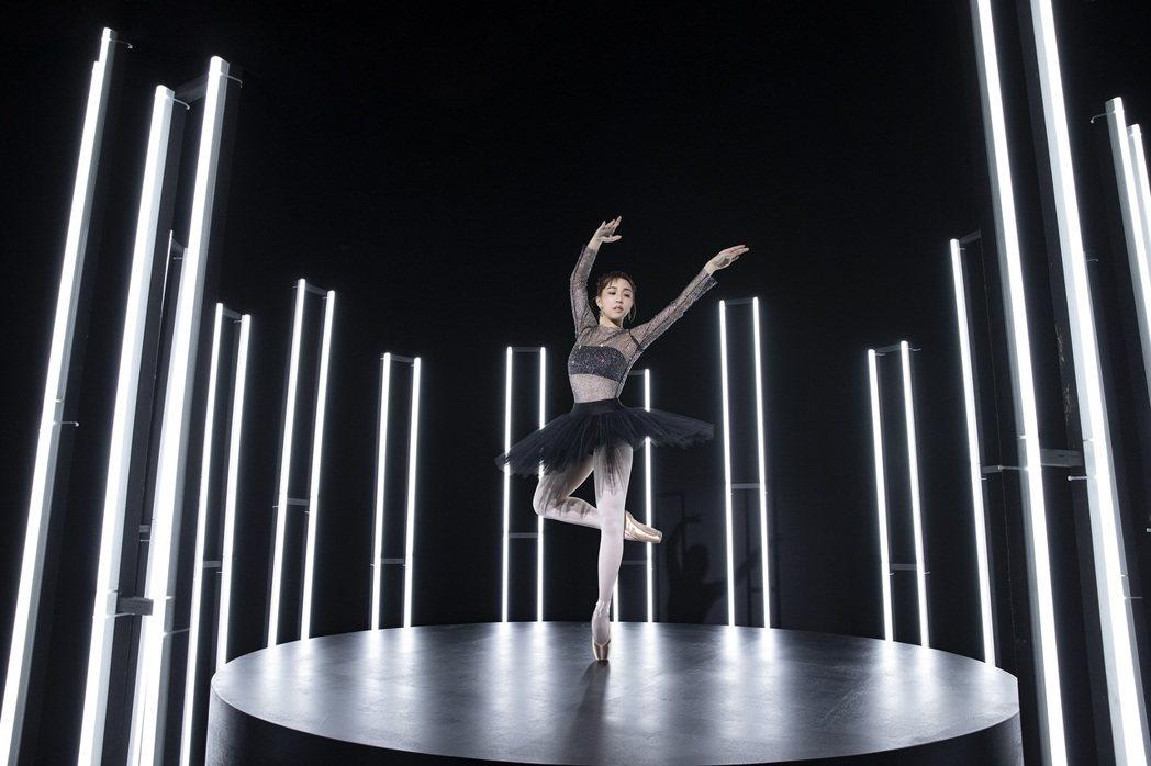 艾薇芭蕾舞齡14年,在MV中化身「絕美黑天鵝」。圖/環球音樂提供