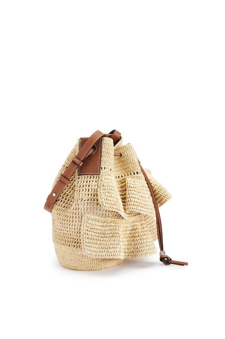 LOEWE以酒椰葉纖維織成的荷葉邊點綴Balloon包款。圖/LOEWE提供